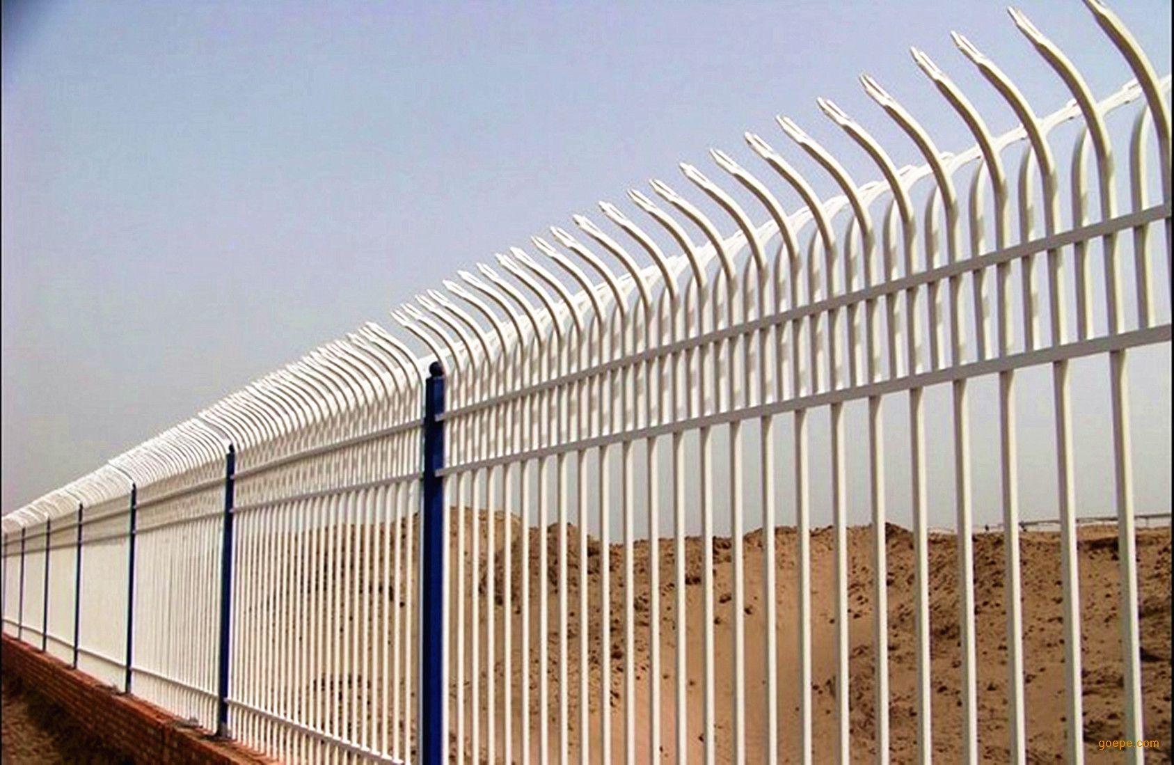白色铁栅栏
