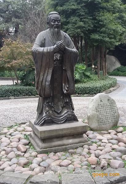 在校园孔子雕塑设计中,孔子形神俱佳;其神态以唐代吴道子的孔子像为样