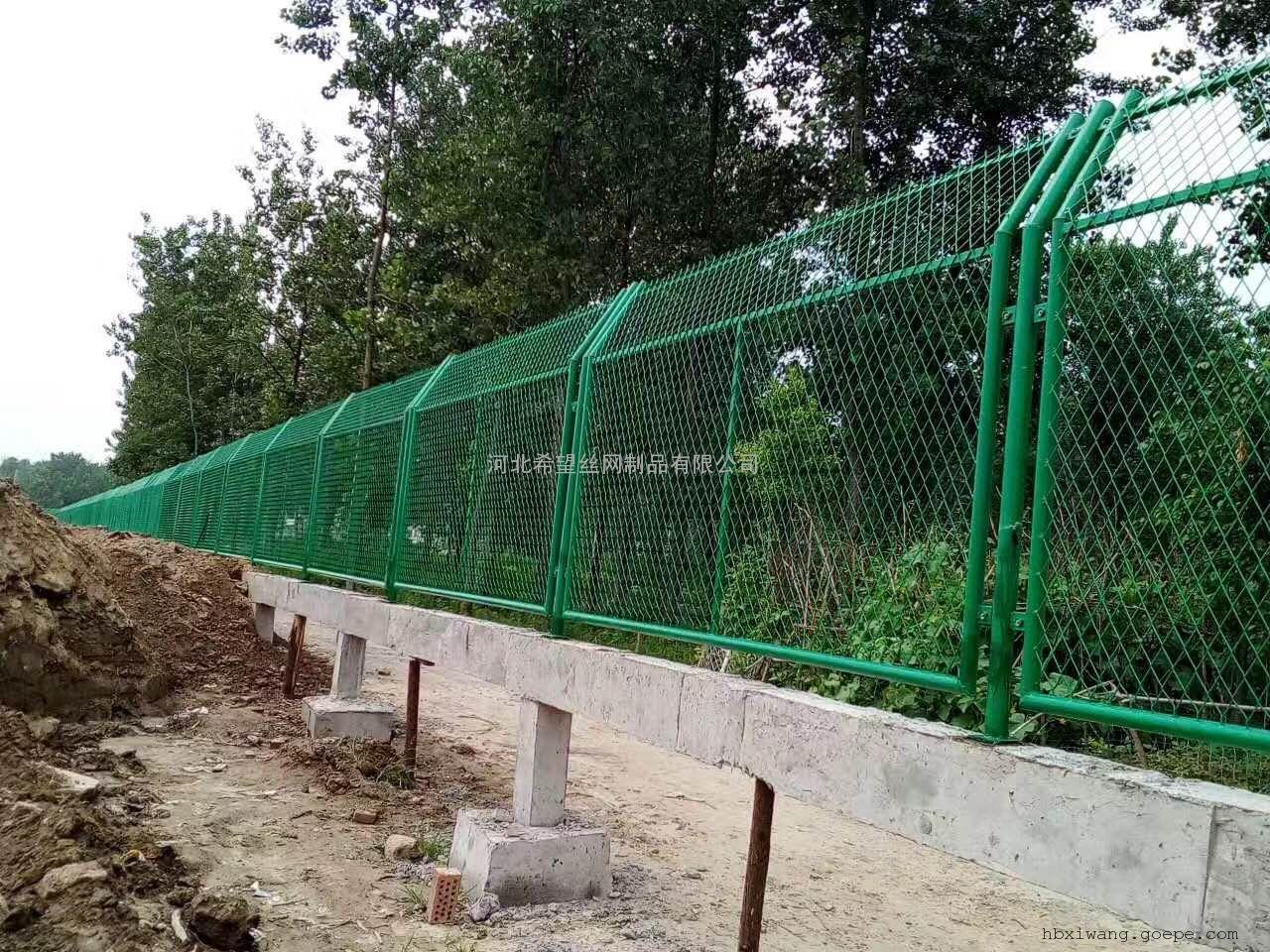 菱形钢板网护栏_菱形孔钢板网围栏厂家|价格_浸塑钢板网护栏
