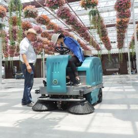 加油站石油工厂院内清扫车扫地机驾驶式自动吸尘清洁车洒水保洁