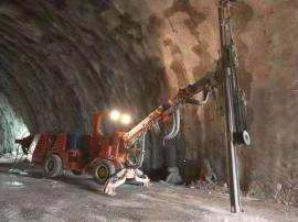 单臂掘进台车作业于高铁隧道项目