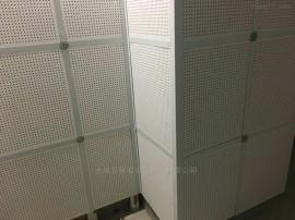 穿孔板是由硅酸�}板和�r棉板�秃霞庸ざ�成的一�N吸音板材