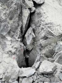 大型岩石爆破石头开挖劈裂棒开采新方案