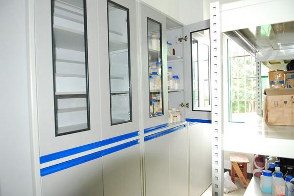 空气自净器;净化工作台;洁净服;净化送风口等;      实验室装修:洁净
