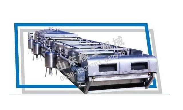 带式真空过滤机是以真空负压为推动力实现固液分离的设备,在结构上,过滤区段沿水平长度方向布置,可以连续完成过滤、洗涤、吸干、滤布再生等作业。设备具有过滤效率高、生产能力大、洗涤效果好、滤饼水分低、操作灵活,维修费用低等优点。可广泛应用于冶金、矿山、化工、造纸、食品、制药、环保等领域中的固液分离,尤其在烟气脱硫中的石膏脱水方面(FGD)有良好的应用。 带式过滤机技术特点: A、可以连续完成喂料过滤、滤饼洗涤、吸干、卸料、滤布再生等工艺操作。 B、过滤母液和各段滤饼洗涤液可以分段收集,并可实现平流和逆流洗涤。