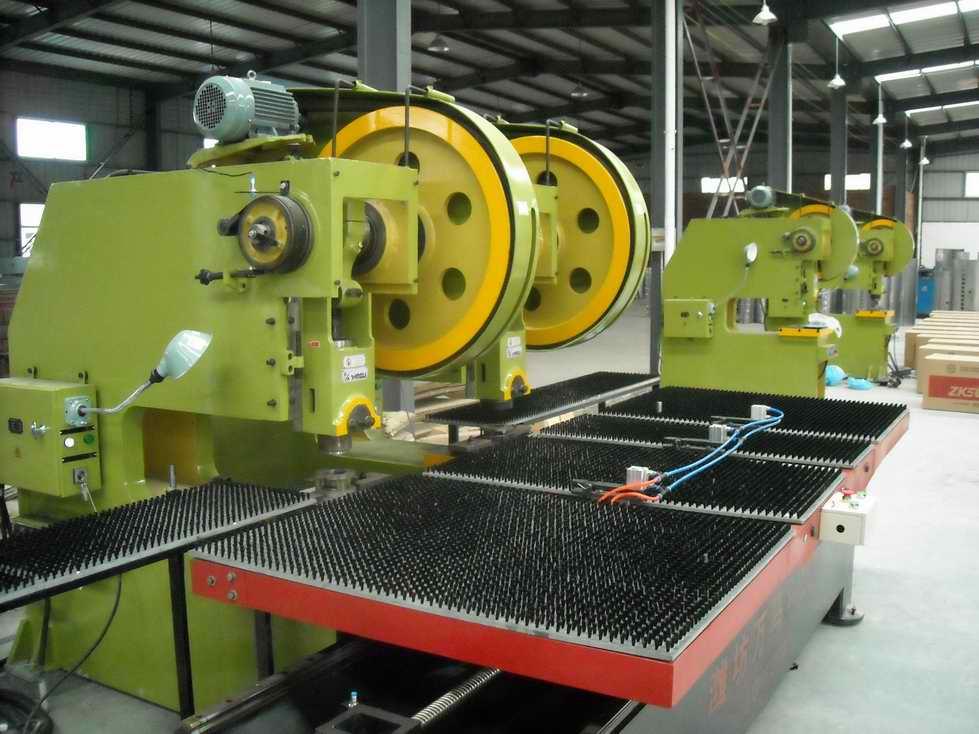 超载时保险器疲压塌,从而保证整机不受损坏,身为可倾式铸造结构,倾斜时便于冲压件或废料从模具上滑下。本机具有通用性强、精度高、性能可靠、便于操作的优点。配备自动送料装置可实现半自动化冲压作业。冲压生产主要是针对板材的。能过模具,能做出落料,冲孔,成型,拉深,修整,精冲,整形,铆接及挤压件等等,广泛应用于各个领域。如我们用的开关插座,杯子,碗柜,碟子,电脑机箱【安徽名牌-瑞力冲床】JB23系列开式可倾(冲床)压力机,瑞力牌冲床J21S系列深喉压力机(冲床)质量*.