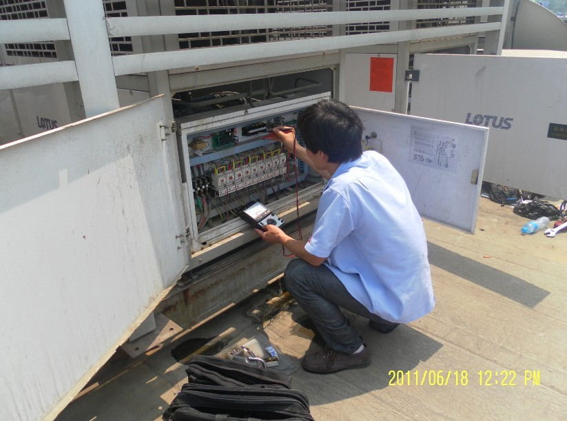 上海制冷设备有限公司成立于2001年,维修经验丰富、技术力量雄厚,拥有一支对空调、中央空调、服务器机房空调、制冰机、冰箱、冰柜、蛋糕柜、展示柜、保鲜柜、风幕柜、厨房冰柜、冷藏操作台等设备有着丰富经验的设计、安装、维修、改造、清洗保养、二手调剂、制冷设备置换的服务团队,所有技术人员至少有从事本行业3年以上的工作经验。是经上海市工商局注册,家用电器维修行业协会认证的一级资质专业制冷设备维修服务单位。自创立至今,始终坚持:诚信经营、优质服务、专业规范、合理收费、快速响应的服务理念,使得公司业务不断扩大,服务范围