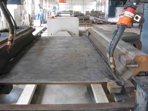 双丝焊系统中两丝的焊接电源与喷嘴均是独立的,每个电弧有独立的焊接参数。前后两丝所采用的材料与直径分别可以相同的也可以不同。前后两丝功率可以单独调解,无调节量和功率差的约束。系统针对不同的金属材料熔化后不同的表面张力和过渡形式,通过调节相位差(前后两丝之间的脉冲相位差可10-180度无级调节,相位差的改变可以设为自动也可以人工调节)来获得稳定的电弧形态和表面成型。      系统焊接时双丝形成同一熔池,前丝的主要任务是增加熔深,后丝的主要任务是控制表面成型。为了增大熔深可以采用较细的前丝;为了增