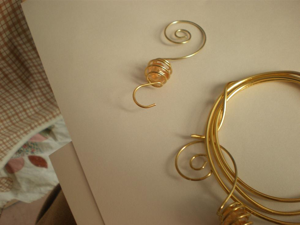 提供0.5毫米工艺品铁丝又叫彩色铁丝,漆包线。烤漆丝,就是在金属丝表面涂上一层漆料然后烘烤使其附着在金属表面,从而改变金属丝原来的颜色。我厂生产的烤漆丝颜色光亮不脱落。 原材料:黑铁丝,镀锌丝,钢丝,不锈钢丝,铜丝等金属丝。    日产量:600公斤/台    颜色:表面颜色可以做成白色,金黄色,绿色,红色,蓝色,紫色,古铜色等多种颜色。也可以根据要求定做颜色。   质量标准: 表面光滑,光亮,反复折弯后表面漆层不脱落。    用途:工艺品生产,捆绑,花艺扎丝,书本装订等。  包装规格:塑料轴装,盘装,U