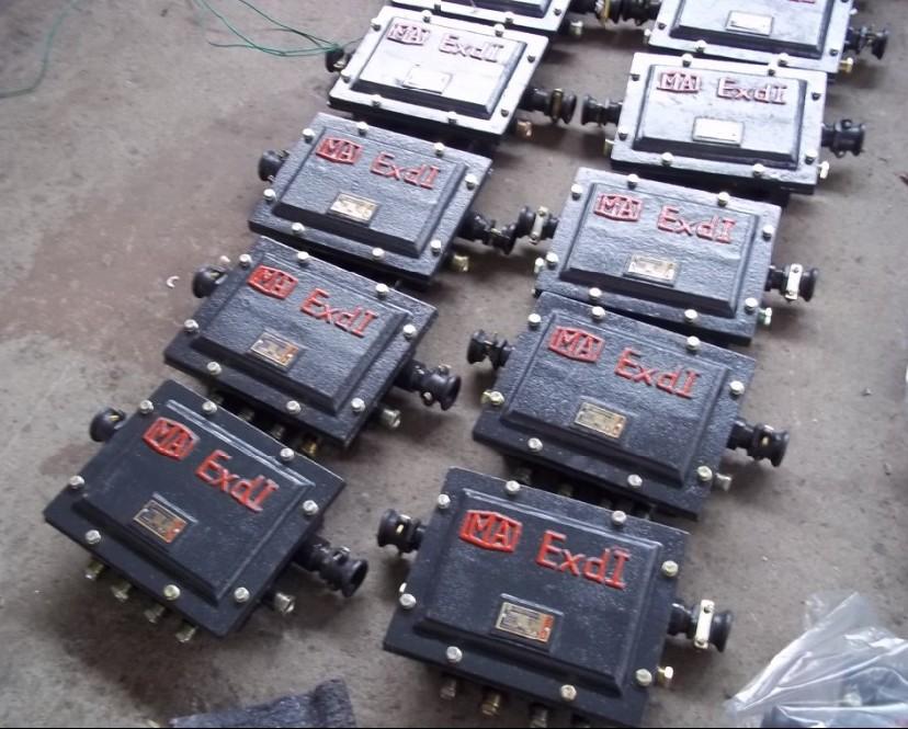 JHH-30对矿用分线盒,JHH-30防爆接线盒 产品简介: 矿用通讯系统配套设备。井下防爆电话机经防爆分线盒接入程控用户电话交换机。 一、 矿用电话分线盒是煤矿井下含有瓦斯、粉尘等危险场所中做通信电缆的接线、分线用的电气装置。具有防爆、防尘、防潮等性能。本系列分线盒采用压接方式接线,并且在进出线处都设有压紧装置,使进出电缆不易脱落。本系列分线盒的各项指标符合GB-3836国家标准。二、主要技术参数:1.