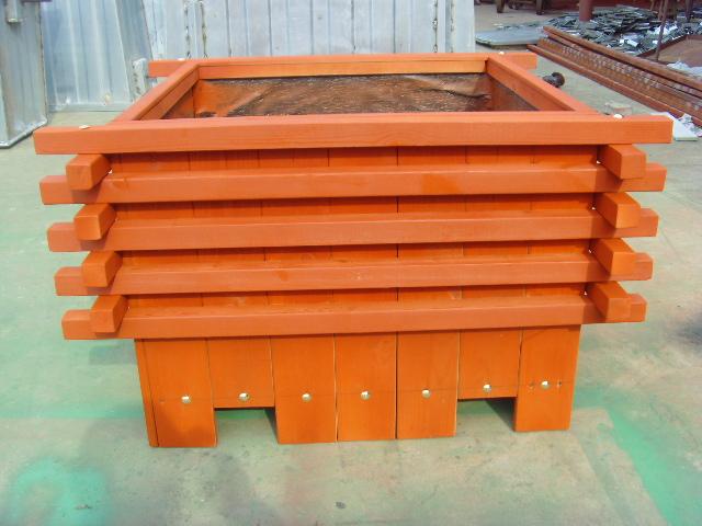 商品详细介绍 本公司防腐木花箱花盆,采用优质进口松木作为原料,经过烘干-刨光成型-高压真空浸湿防腐剂-再烘干或风干-打包入库。使木材达到防霉、防腐及防白蚁长保存等良好效果。自然美观的木质纹理广泛应用于户外景观设施。 防腐木材的几大特性 : 1、自然、环保、安全(木材成原本色,略显青绿色).