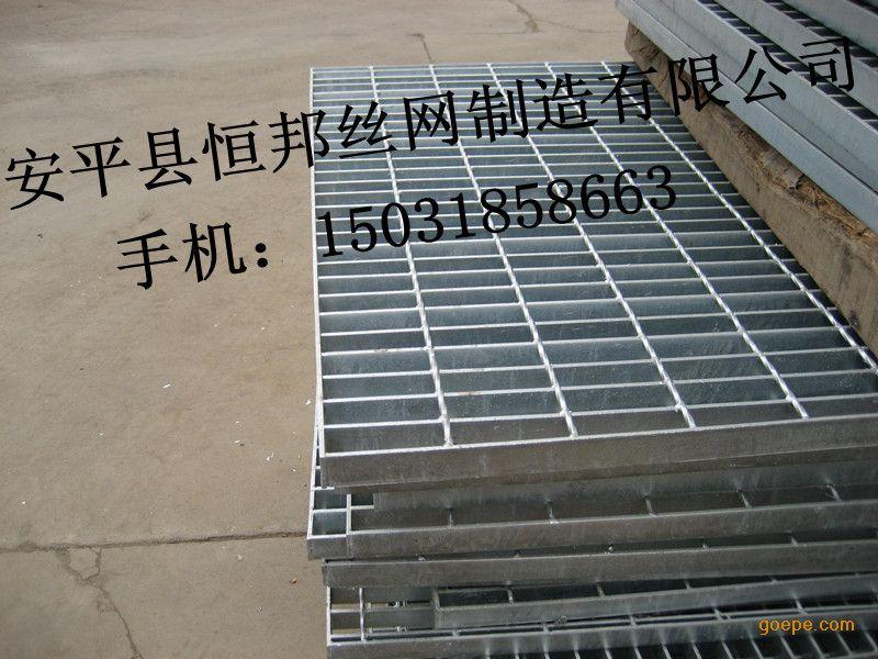 制作方法 压焊钢格板是由负荷扁钢和横杆按一定间距经纬排列,采用200吨液压电阻焊自动化设备焊接成原板,经切割,开孔,包边等工序加工而成客户要求的产品。 受荷扁钢间距:两相邻受荷扁钢的中心距,常用30mm,40mm两种。 横杆间距:两相邻横杆的中心间距通常为50mm,100mm,两种,可按客户要求生产。 钢格板用途 钢格板适用于合金,建材,电站,锅炉。造船。石化,化工及一般工业厂房、市政建设等行业,具有通风透光、防滑,承载力强,美观耐用,易于清扫,安装简便等优点。钢格板已在国内外各行各业得到广泛应用,主要