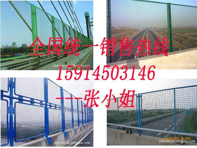 材质:低碳钢丝 编织及特点:编织焊接而成。 用途:用于公路、铁路、飞机场、住宅小区、港口码头、花园、饲养、畜牧等的护栏防护。 1、材质:隔离栅采用国产Q235低碳冷拔钢丝    2、丝经:4.0mm / 4.5mm    3、网孔:70mm X 70mm(斜方孔) 或 60mm X 60mm(方孔)    4、防腐处理: 整体浸塑    5、***大尺寸:2.