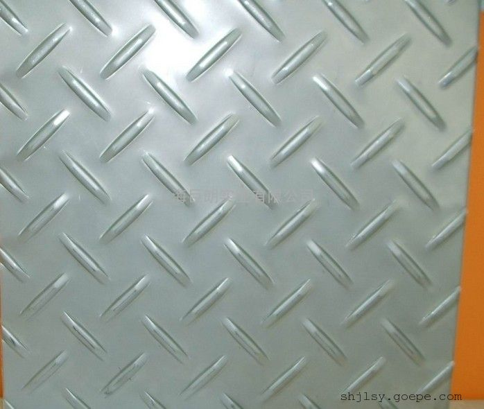 不锈钢304花纹板目录 1不锈钢花纹板 不锈钢花纹板(英文名称:Stainless Steel Diamond Plate)是通过机械设备在不锈钢板上进行压纹加工,使板面出现凹凸图纹。在六十年代初由欧洲的大型轧钢厂开始小批量生产,随后由于不锈钢花纹板出色的耐腐蚀性和防滑性得到了众多行业的采用从而开始普及。***早的不锈钢花纹板的花纹样式为横竖条纹交错式,国内山西太钢和上海宝钢集团都在生产,在随后的20-30年中研究人员经过不断的实验和改进把拥有更好的防滑性的花纹设计出来现在也大规模的生产推广和应用了。近几