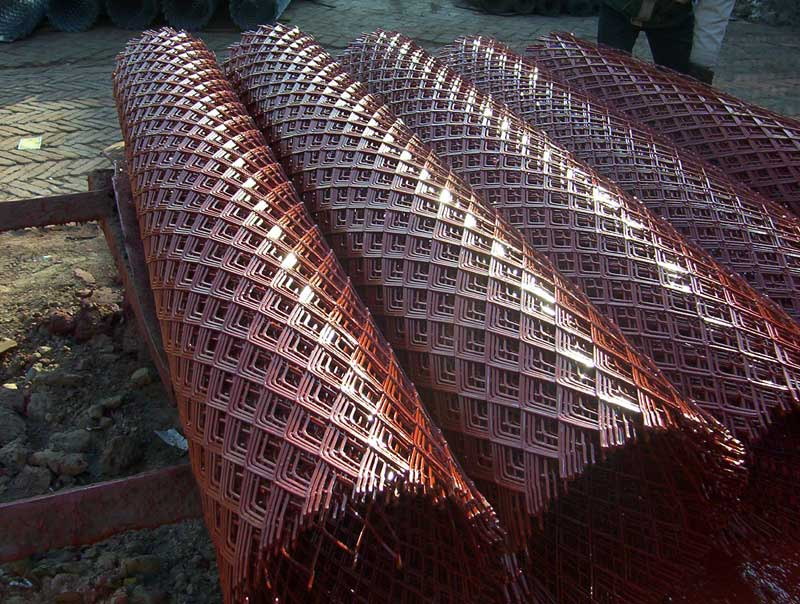 淄博隔离养殖用喷红漆钢板网-3*6cm小孔菱形防护网