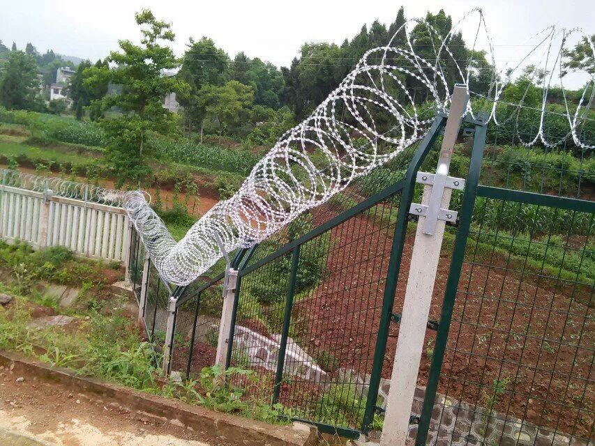 斜坡铁路金属防护栅栏-隧道洞防护栅栏-高铁护栏网